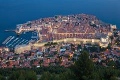 Den upplysta gamla staden i Dubrovnik i aftonen, Kroatien Arkivfoto