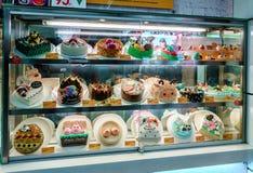 Den upplysta konfektaffären shoppar skyltfönster med olika sorter av skickliga färgrika pajer i den Venetian hotellshoppinggaller royaltyfri foto