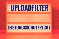 Den upplysta panelen med de tyska orden Uploadfilter Artikel 13 Leistungsschutzrecht i engelskt laddar upp extra filterartikel 13 Royaltyfria Bilder