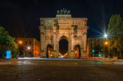 Den upplysta Siegestoren i Munich p? natten arkivfoton