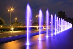 Den upplysta springbrunnen Royaltyfri Fotografi