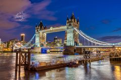 Den upplysta tornbron i London, UK royaltyfri bild