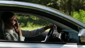 Den upprivna chauffören kraschade bilen i sammanstötning på vägen arkivfilmer