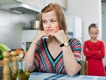 Den upprivna flickan och modern har en irritera på de royaltyfri foto