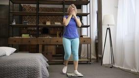 Den upprivna kvinnan är olycklig med viktvinst inomhus lager videofilmer