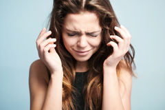 Den upprivna kvinnan gråter högt Royaltyfri Fotografi