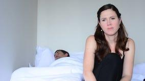 Den upprivna unga kvinnan som har problem med, könsbestämmer lager videofilmer