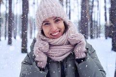 Den upprymda kvinnlign tycker om vinter Royaltyfri Bild