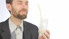 Den uppsökte affärsmannen dricker detoxsmoothien, sunt livsstilbegrepp coctail från grönsaken och frukt 4K arkivfilmer