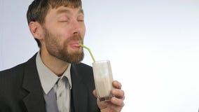 Den uppsökte affärsmannen dricker sunt mjölkar coctailen coctail från grönsaken och frukt långsam rörelse arkivfilmer
