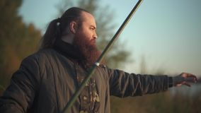 Den uppsökte fiskaren justerar metspöet Fisher som förbereder sig för att fiska stock video