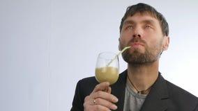Den uppsökte mannen dricker coctailen från grönsaken och frukt detoxsmoothie, sunt livsstilbegrepp långsam rörelse arkivfilmer