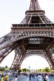 Den upptagna Eiffeltorn Fotografering för Bildbyråer