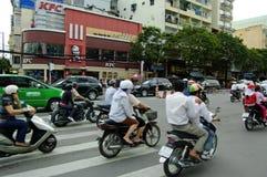 Den upptagna gatan av Ho Chi Minh City Arkivfoton