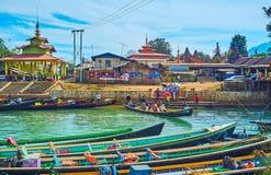 Den upptagna hamnplatsen av Indein, Inle sjö, Myanmar Arkivbild