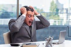 Den upptagna ilskna affärsmannen med högar av papper arkivfoton