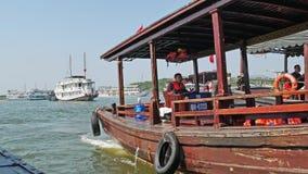 Den upptagna landskapsikten av hamnen i den Halong fjärden, fartyg på burk sedda tilltalande turister till kryssningarna lager videofilmer