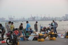 Den upptagna marknaden för sjösida i shekouen SHENZHEN KINA AISA Arkivbild