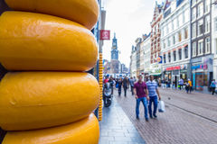 Den upptagna turist- gatan i Amsterdam och ost shoppar Royaltyfria Foton