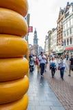 Den upptagna turist- gatan i Amsterdam och ost shoppar Arkivbilder