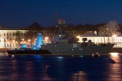 Den Urengoy anti--ubåt korvetten på natten Neva River St Petersburg Royaltyfria Bilder