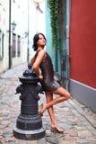 Den ursnygga brunetten i sexuellt poserar i gammala Riga Royaltyfri Fotografi