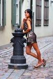 Den ursnygga brunetten i sexuellt poserar i gammala Riga Royaltyfria Bilder