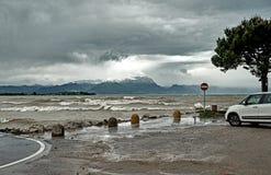 Den ursnygga sjön Garda i Italien omgav vid berg och stormiga moln royaltyfria foton