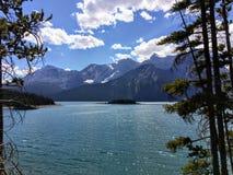 Den ursnygga sommarsikten av den övreKananaskis sjön och Hawke Island i Peter Lougheed Provincial Park i Alberta, Kanada fotografering för bildbyråer