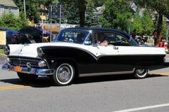 Den ursnygga svartvita bilen i självständighetsdagen ståtar, i stadens centrum Saratoga Springs, New York, 2016 Arkivbild