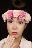 Den ursnygga tonåriga flickan som bär den blom- kronan, förvånade uttryck Arkivbilder