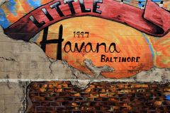 Den ursnygga väggen målade med ljusa färger som annonserar lilla Havana Restaurant i Baltimore, medicine doktorn, 2017 Royaltyfria Foton