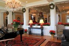 Den ursnygga välkomnandet i foajé dekorerade för jul, Sagamore Resort, Bolton landning, New York, 2016 Royaltyfri Foto