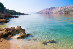 Den ursprungliga kustlinjen och det kristallklara vattnet Fotografering för Bildbyråer