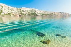 Den ursprungliga kustlinjen och det kristallklara vattnet av ön av Royaltyfria Foton