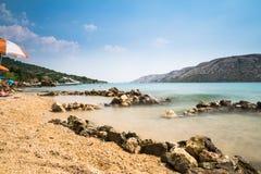 Den ursprungliga kustlinjen och det kristallklara vattnet av ön av Arkivbild