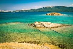 Den ursprungliga kustlinjen och det kristallklara vattnet av ön av Arkivbilder
