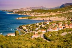 Den ursprungliga kustlinjen och det kristallklara vattnet av ön av Royaltyfria Bilder