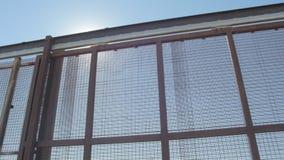 Den US- und Mexiko-Grenzzaun von Seite zu Seite betrachten stock footage