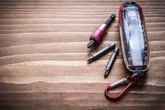 Den utbytbara metallskruvmejseln heads i behållare på den wood boaen Fotografering för Bildbyråer