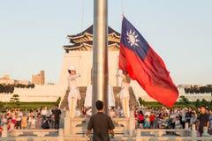 Den utförande dagliga taiwanesiska flaggan för hedersvakt som fäller ned ceremon Arkivbilder
