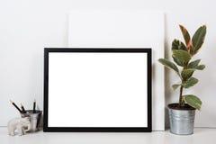 Den utformade tabletopen, tömmer ramen som målar åtlöje för konstaffischinre Fotografering för Bildbyråer