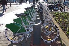 Den uthyrnings- staden cyklar i Frankrike Arkivfoton