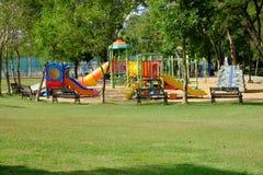 Den utomhus- lekplatsen på offentligt parkerar Arkivfoto