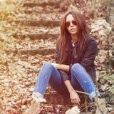 Den utomhus- modeståenden av den unga sexiga kvinnan i jeans, klår upp Fotografering för Bildbyråer