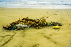 Den utomhus- sikten av fisknät- och repavskräde i stranden, varje dag, avfalls ackumulerar på stranden av atlantiskt västra arkivbilder