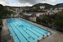 Den utomhus- simningröstningen i det termiska hotellet, Karlovy varierar royaltyfri fotografi