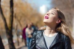 Den utomhus- ståenden av en härlig mitt åldrades den blonda kvinnan attraktiv flicka i ett fält royaltyfri fotografi