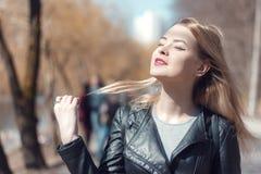 Den utomhus- ståenden av en härlig mitt åldrades den blonda kvinnan attraktiv flicka i ett fält arkivfoton