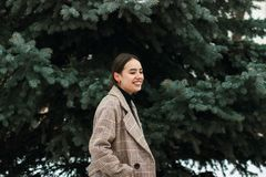 Den utomhus- ståenden av den unga härliga flickan i kallt vinterväder parkerar in arkivbild